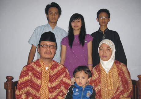 Hari Sasongko bersama keluarga